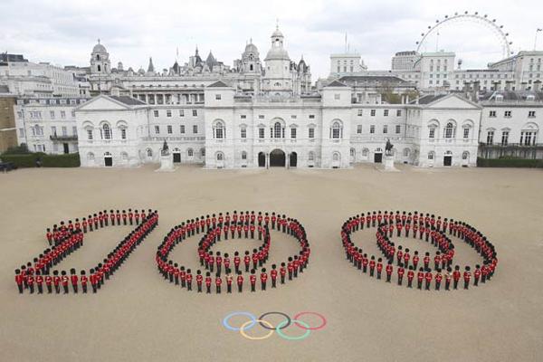 Un reggimento di fanteria britannica forma il numero 100