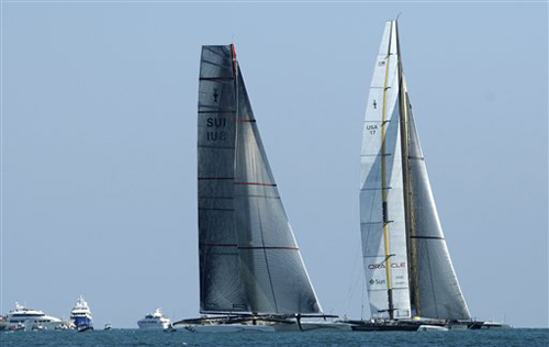 Il catamarano Alinghi e il trimarano BMW Oracle Racing