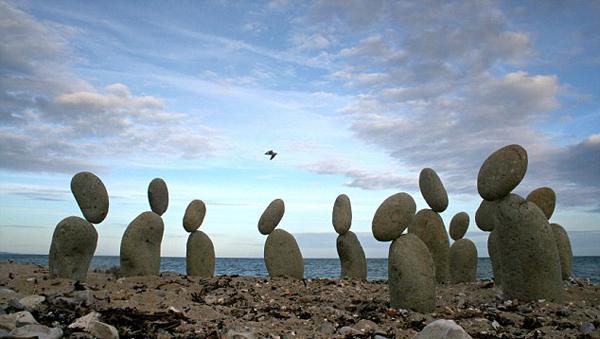 L'installazione con le pietre in bilico di Adrian Gray