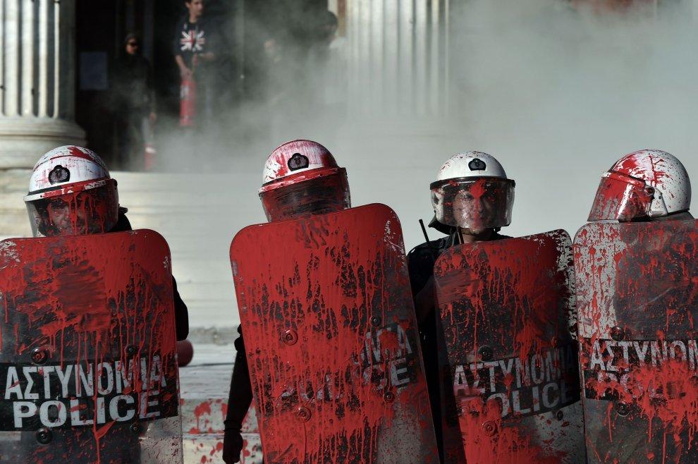 Polizia greca durante le proteste anti Troika