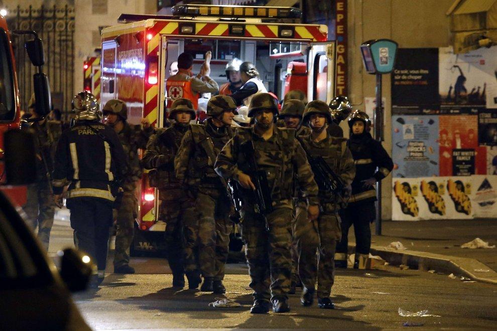 Soldati in strada dopo la strage di Parigi