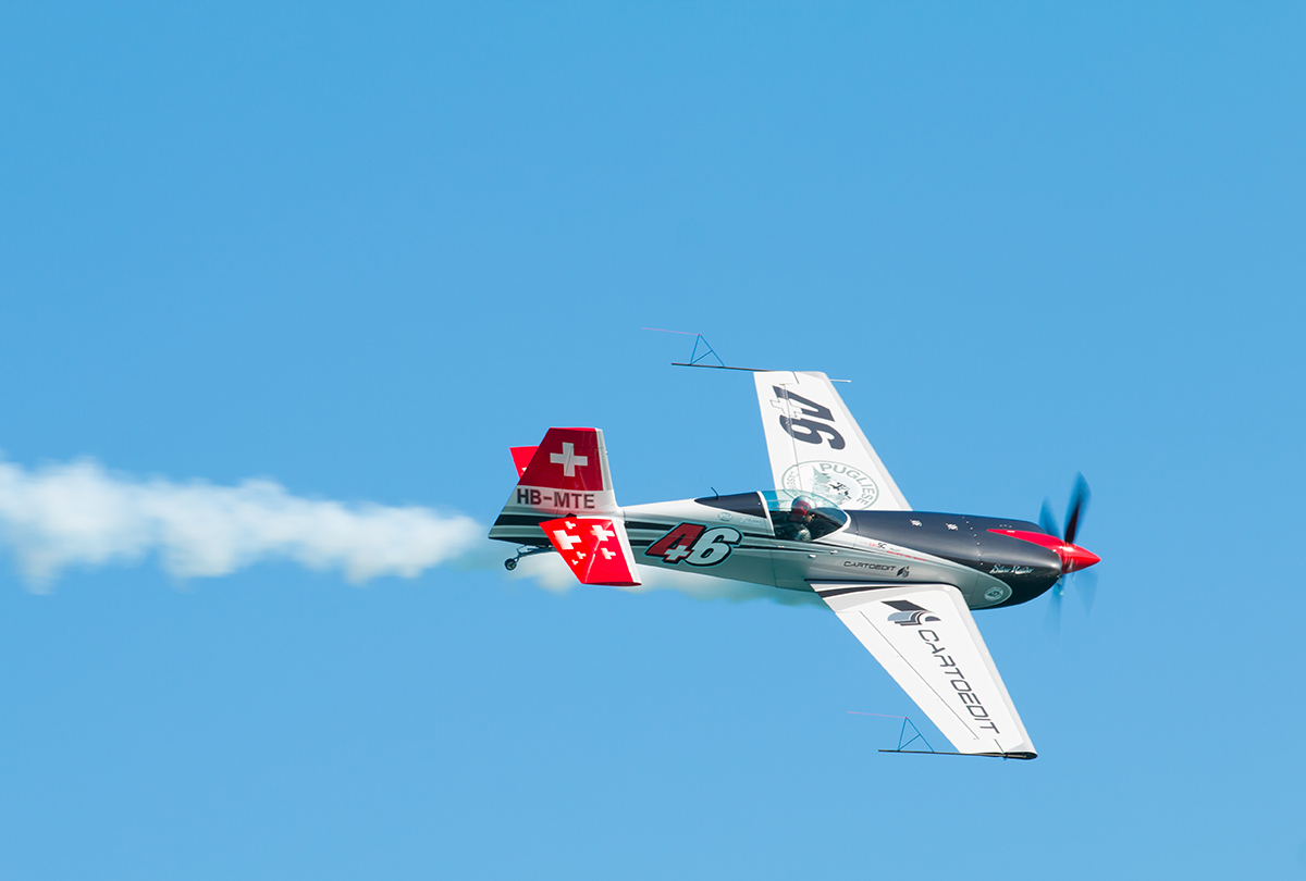 Extra EA-300 all'Air Show Loano 2016