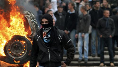 Manifestanti durante gli scontri a Tirana