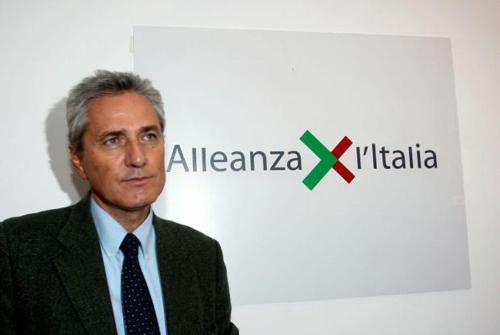 Rutelli davanti al logo di 'Allenaza x l'Italia'