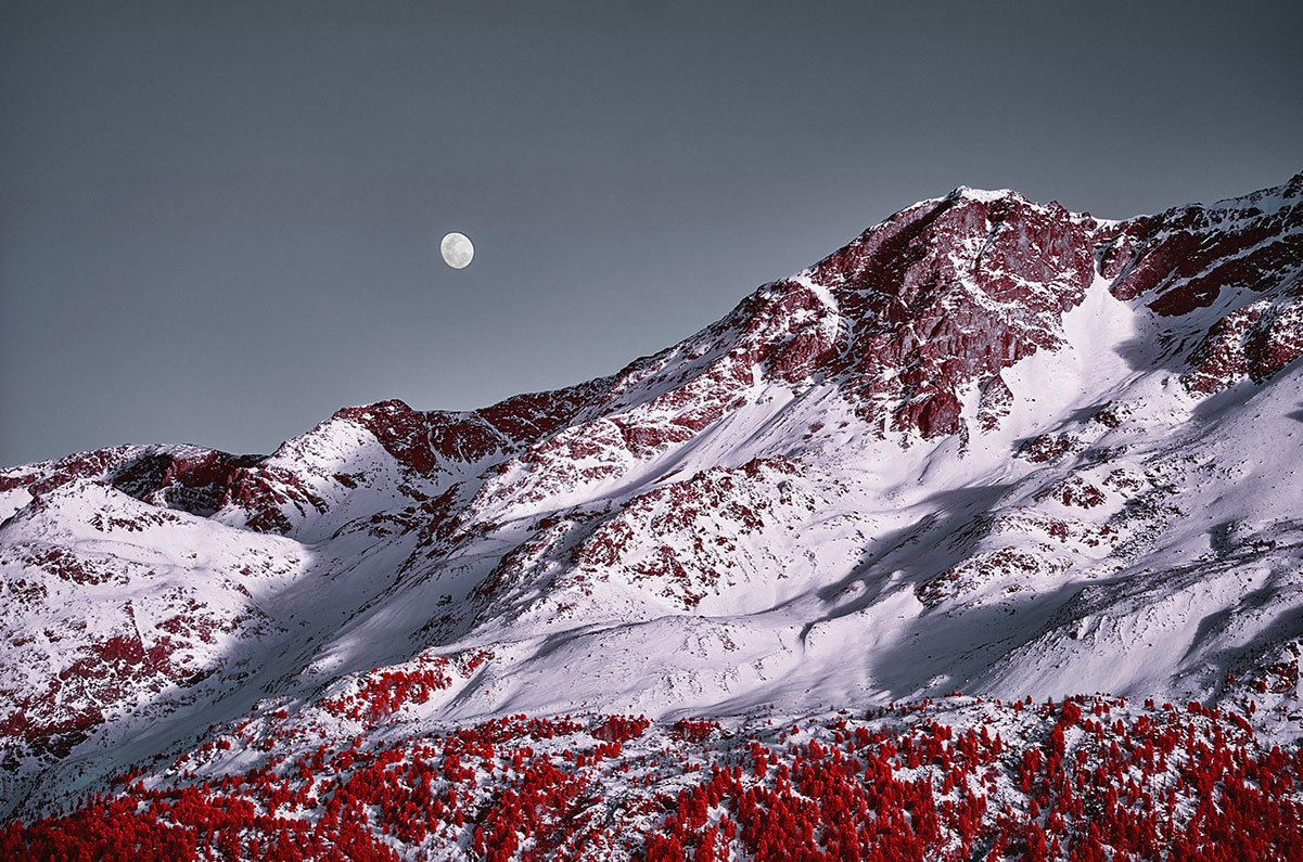Moon and Piz Rosatsch - Le Alpi fotografate all'infrarosso
