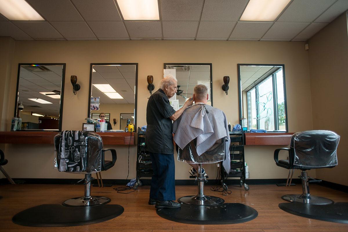 Il barbiere Anthony Mancinelli al lavoro
