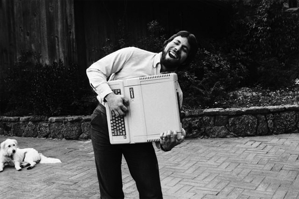 Steve Wozniak con un Apple II