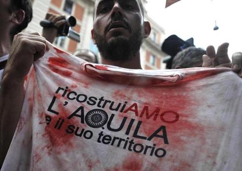 Una maglietta insanguinata dopo gli scontri tra i terremotati dell'Aquila e la polizia