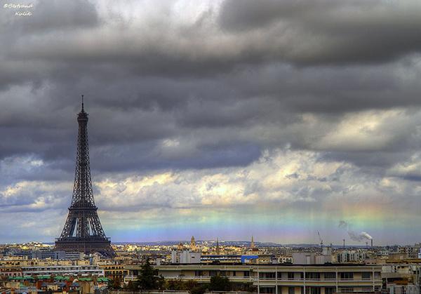 Un arcobaleno orizzontale a Parigi