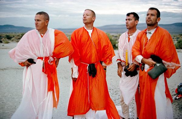 Gli astronauti della NASA vestiti con i loro paracadute