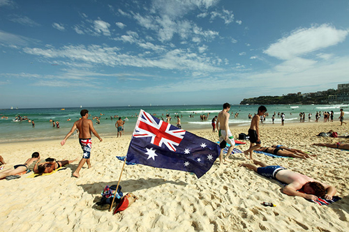 La spiaggia di Bondi con una bandiera australiana