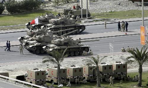 Carri armati presidiano le strade di Manama