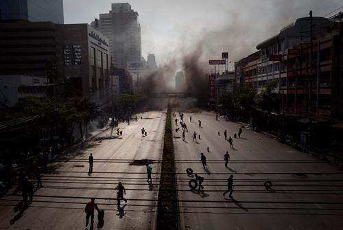 Gli scontri a Bangkok tra le camicie rosse e l'esercito thailandese