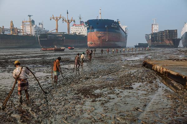 Gli smantellatori di navi in Bangladesh