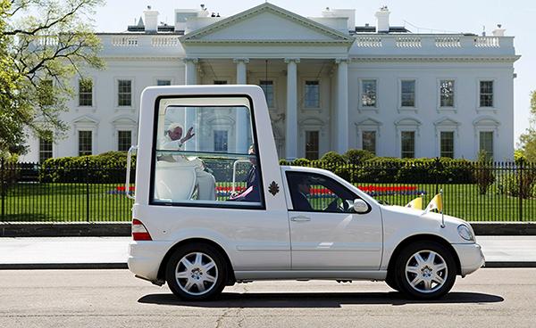 Benedetto XVI davanti alla Casa Bianca