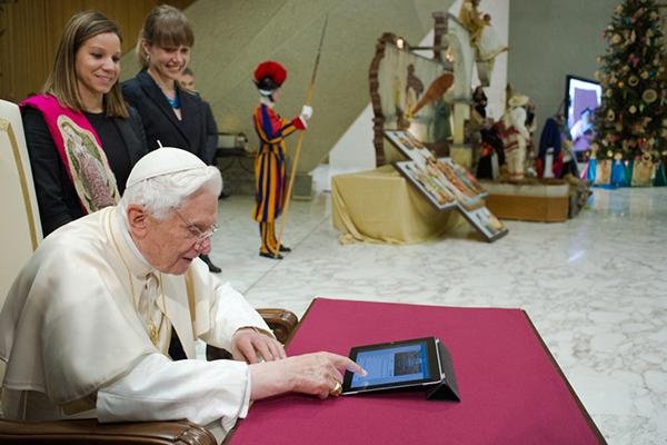 Benedetto XVI su Twitter con un iPad
