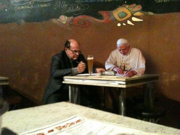Il fotomontaggio di Benedetto XVI in compagnia di Bersani