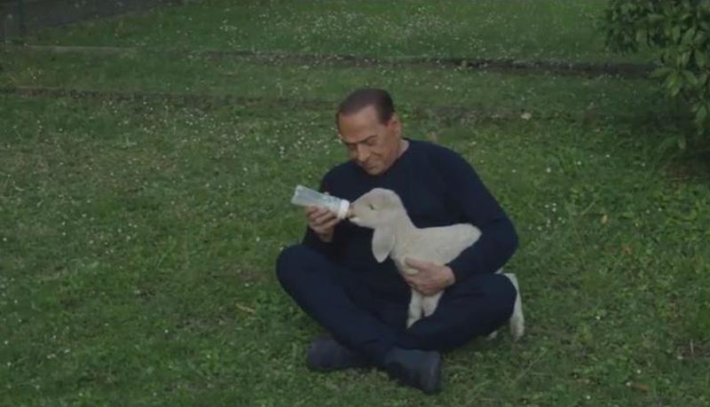 Berlusconi accudisce un agnello