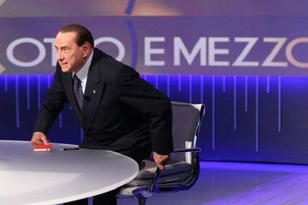 Berlusconi con doppio cuscino in tv