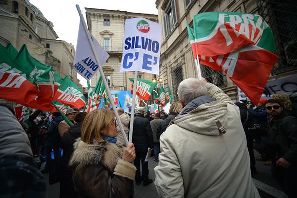 Manifestanti di Forza Italia con cartelli Silvio c'è