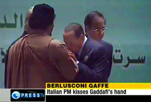 Berlusconi bacia le mani al dittatore libico Gheddafi