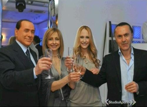 Berlusconi alla festa di Noemi
