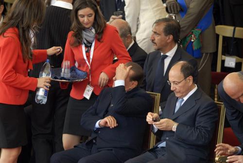 Berlusconi si gode le hostess durante la parata del 2 giugno