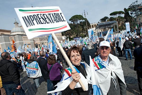 Cartelli a favore di Berlusconi con la scritta impresentabile