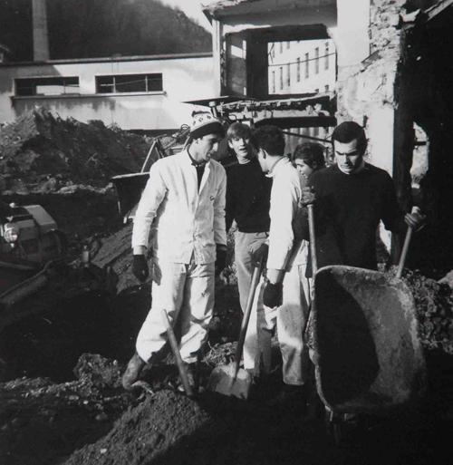Pierlugi Bersani scava nel fango dopo l'alluvione di Firenze