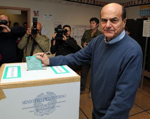 Pier Luigi Bersani al seggio elettorale