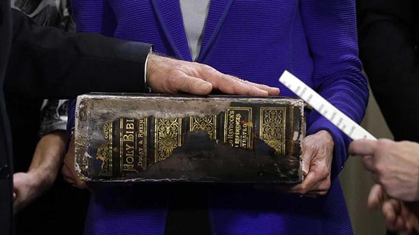 La Bibbia gigante di Biden