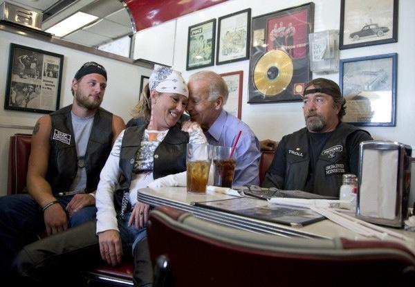 Joe Biden in compagnia di motociclisti