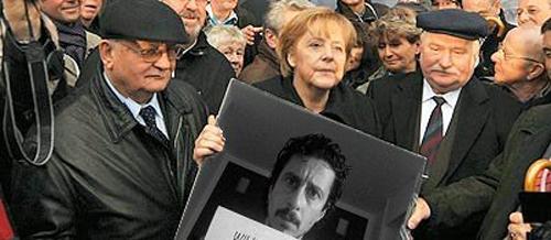 Il meme di Luca Bizzarri portato dalla Merkel a Berlino