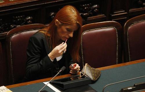 Il ministro Brambilla si rifà il trucco specchiandosi in un iPad