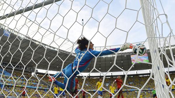 Il portiere del Messico Ochoa contro il Brasile alla Coppa del Mondo 2014