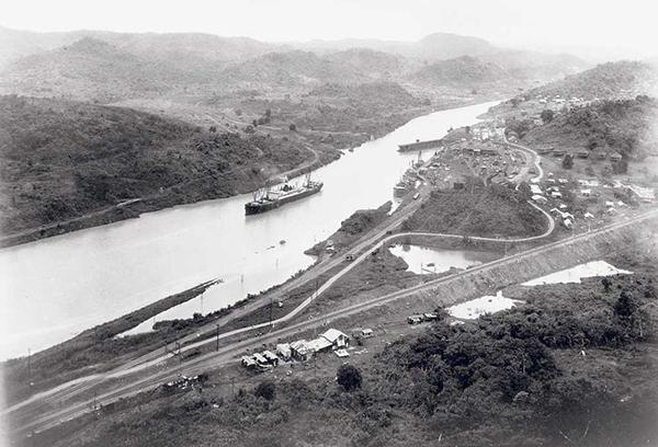 La SS Ancon attraversa il Canale di Panama