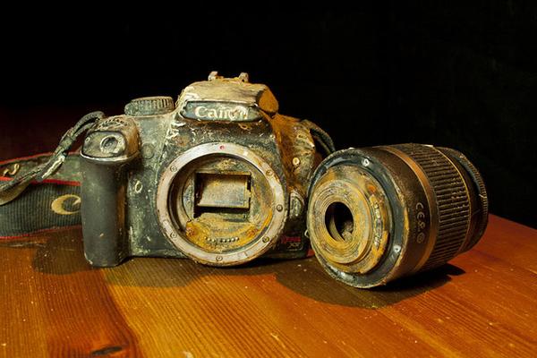 La Canon 1000D ritrovata nell'oceano da Markus Thompson