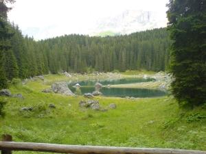 Il lago Carezza visto da ovest