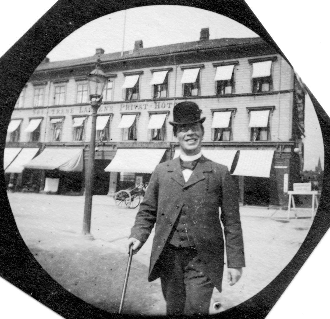 Un uomo fotografato da Carl Størmer per le strade di Oslo alla fine del '800