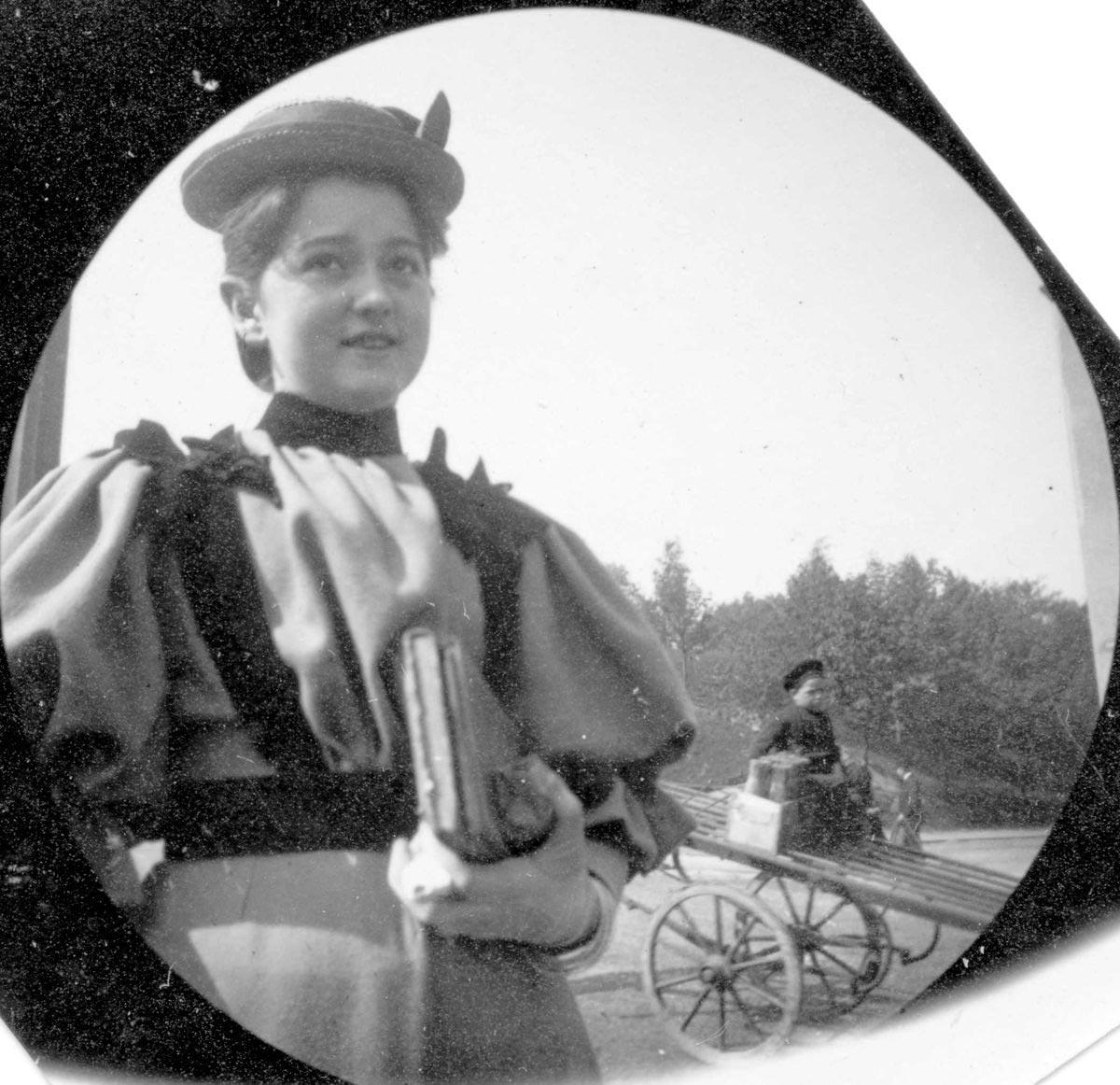 Una ragazza fotografata da Carl Størmer a Oslo alla fine del '800