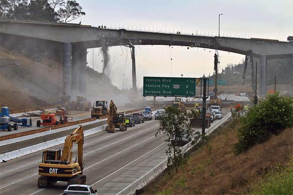 Il ponte demolito sulla Freeway 405