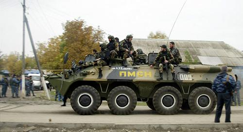 Un blindato delle truppe speciali OMON davanti al parlamento di Grozny