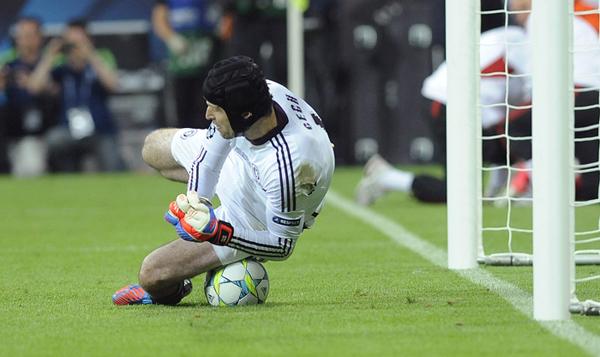 Cech para il rigore di Robben