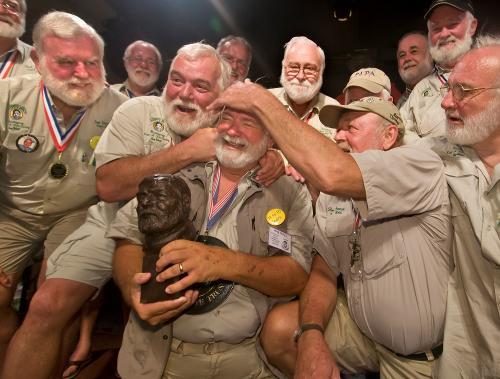 I sosia di Enest Hemingway festeggiano Charles Bicht, Papa 2010