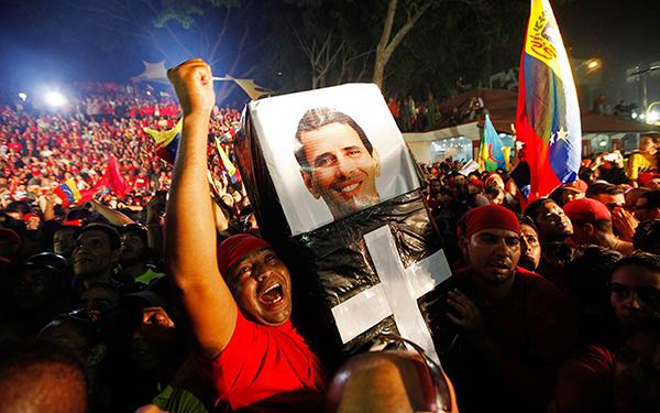Supporter di Chavez con una bara per Capriles