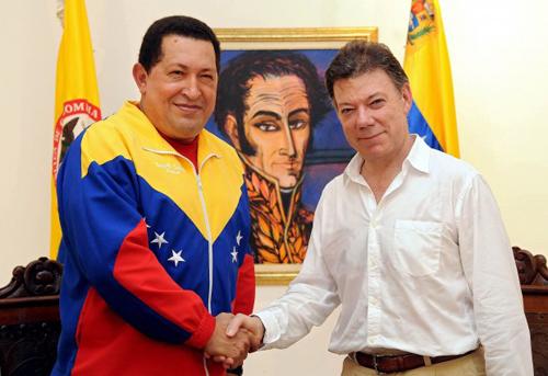 Stretta di mano tra Chavez e Santos