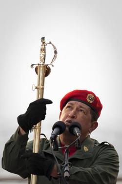 Chavez mostra la spada