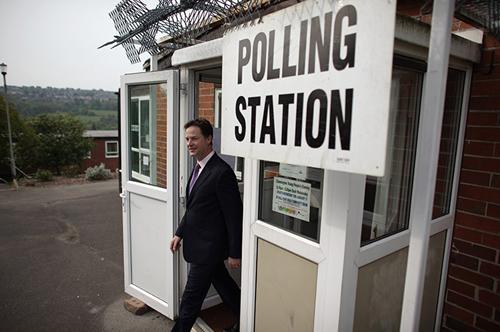 Nick Clegg all'uscita di un seggio elettorale