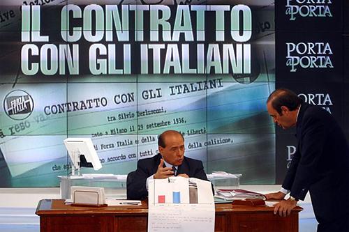 Berlusconi frma il contratto con gli italiani