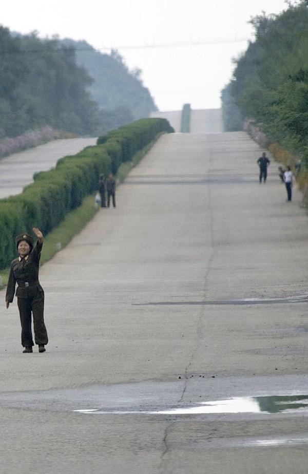 Soldati fanno l'autostop in Corea del Nord